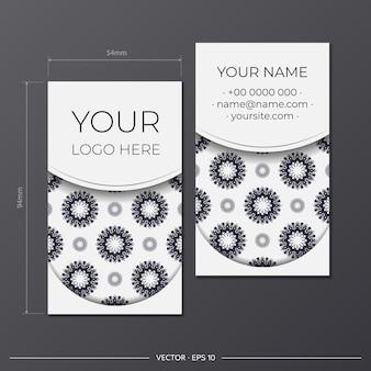 Набор белых визиток с греческим орнаментом. готовый к печати дизайн визитки с пространством для текста и роскошными узорами.