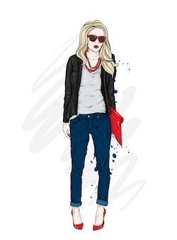 ズボン、ジャケット、メガネの長い髪のスタイリッシュな女性。
