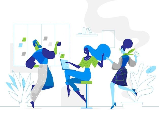Команда молодых стартаперов вместе в офисе работает над стратегией проекта.