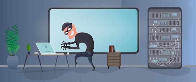 泥棒がサーバーを取得しようとしています。マスクされた泥棒はデータを盗みます。犯人は事務所に入った。セキュリティとデータ保護の概念。孤立。ベクター。