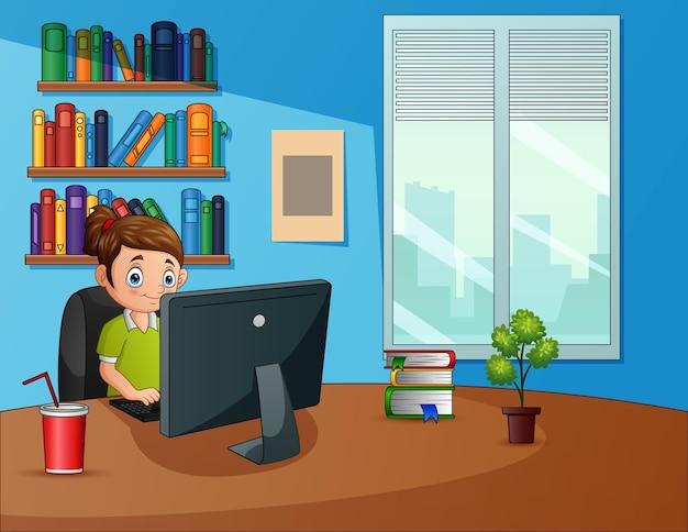 Фрилансер женщина работает с ноутбуком, сидя на рабочем месте