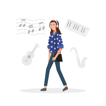 Женщина слушает музыку во время ходьбы