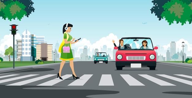 Женщина смотрит в смартфон, переходя пешеходный переход