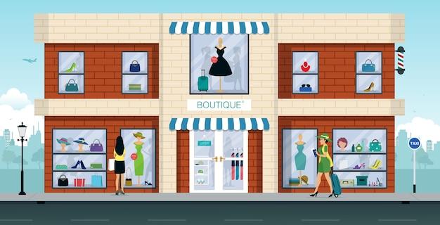 Женщина идет в магазин модной одежды, чтобы купить одежду