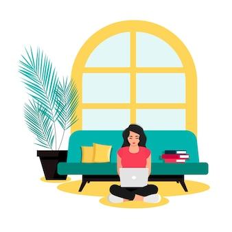Молодая девушка сидит перед диваном на полу дома и работает за ноутбуком. концепция фрилансера. векторная иллюстрация
