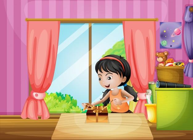 Молодая девушка разворачивает подарок в доме