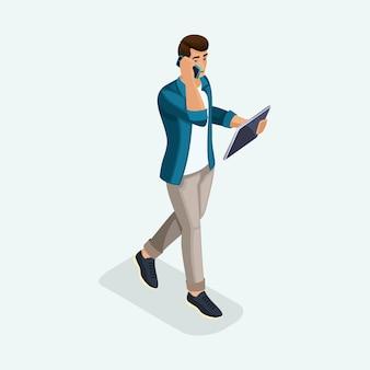Молодой человек идет вперед, деловые переговоры по телефону и планшету. эмоциональные жесты людей