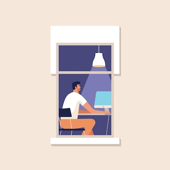 若い男が自宅のコンピューターで働いています。在宅勤務。オンライン学習、教育。窓のある家のファサード。図。