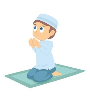 Молодой мусульманский мальчик молится