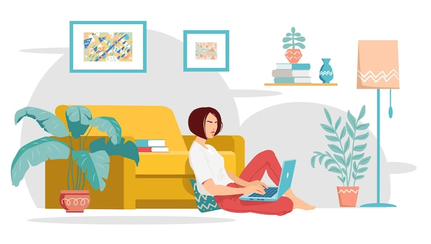 한 젊은 여성이 노란색 소파 근처에 앉아 노트북으로 집에서 일하고 있습니다.