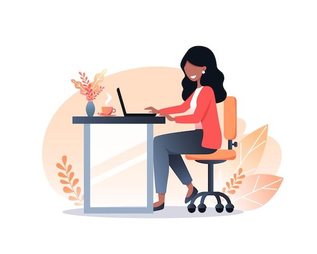 黒い髪の若い女性はラップトップで働いており、自宅で仕事をしていて、フリーランスで、家にいます。