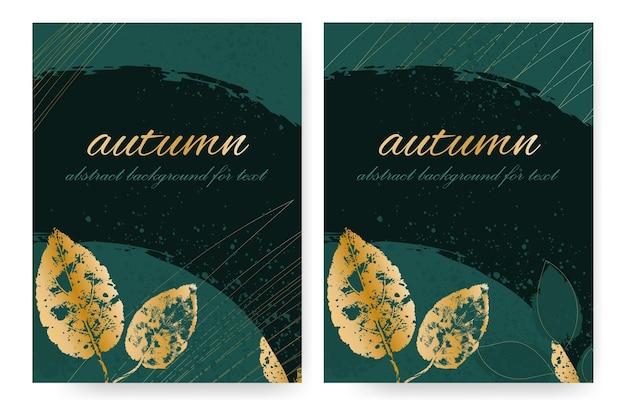 황금 잎이 있는 짙은 녹색 음영의 브러시 스트로크가 있는 추상 가을 디자인. 세로 형식.