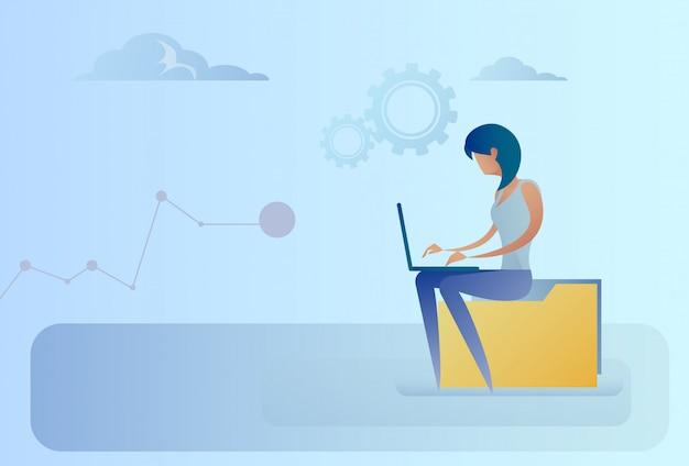 Аннотация бизнес женщина, сидящая на папке данных, работающий портативный компьютер