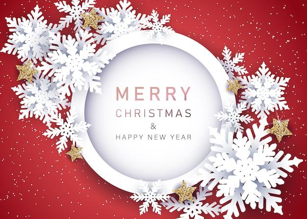 Абстрактный рождественский красный фон вырезан из бумаги со снежинками и звездами