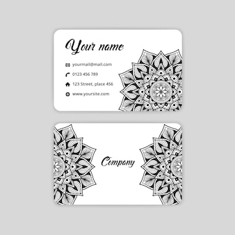 抽象的なマンダラ名刺。高級アラベスク背景。黒と白の色の花柄のモチーフ