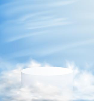 雲の中に台座がある抽象的なミニマルな背景。背景に青い空と製品のデモンストレーションのための空の表彰台。
