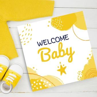 黄色のトーンで抽象的に描かれた子供のような赤ちゃんのカード