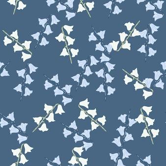 귀여운 스타일의 벨 꽃 모양이 인쇄된 추상 임의의 매끄러운 패턴입니다. 파란색 배경입니다. 식물 작품. 섬유, 직물, 선물 포장, 월페이퍼에 대한 평면 벡터 인쇄. 끝없는 그림.