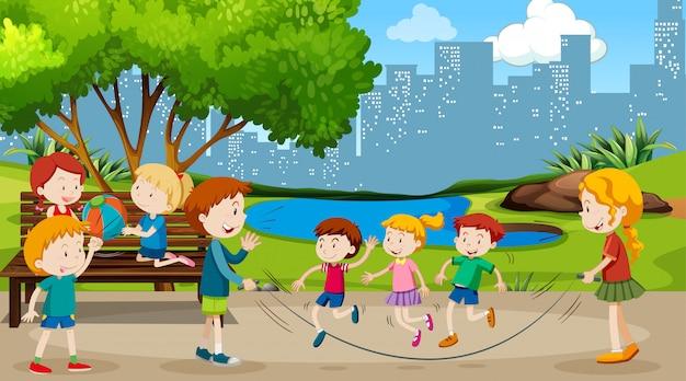 Активные мальчики и девочки занимаются спортом и веселыми мероприятиями