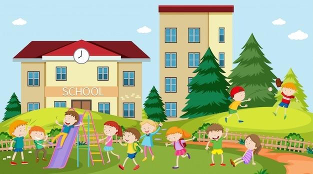 야외 현장에서 노는 활동적인 아이들