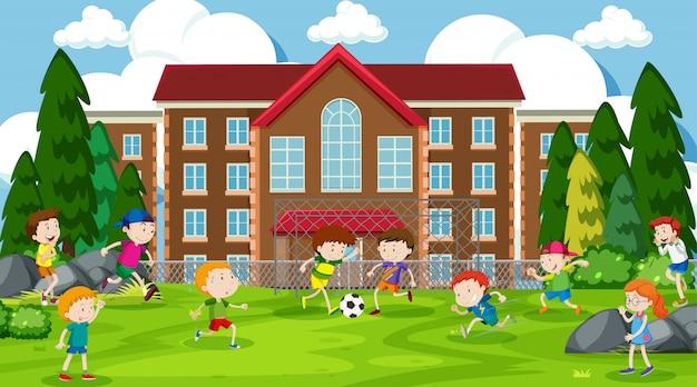 Активные дети играют в уличной сцене