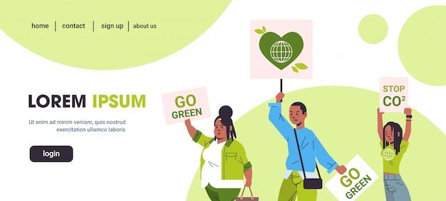 ポスターを保持している活動家は、地球温暖化のポートレート水平コピースペースに対してデモを示す地球を保護するために運動する惑星ストライクコンセプトアフリカ系アメリカ人の抗議者を救う緑停止co2
