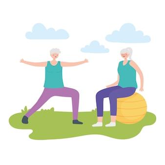 활동 노인, 공 공원에서 연습을 연습하는 행복 노인 여성.