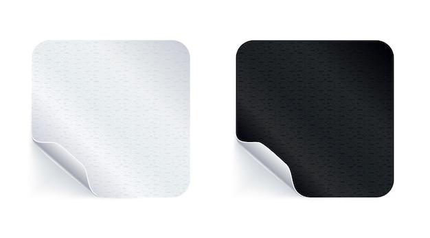 Клейкие наклейки. реалистичные пустые липкие этикетки или ценники с тенью. пустой квадратный макет с изогнутым углом. черное и белое.