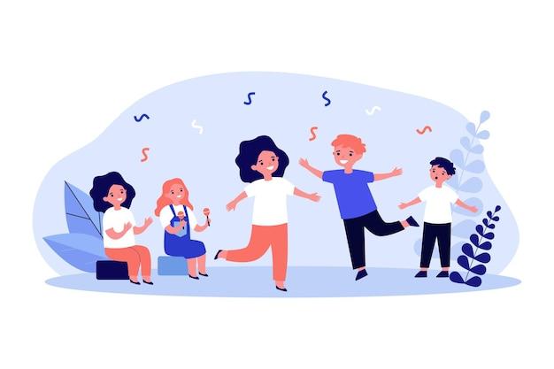 사랑스러운 만화 아이들이 춤을 춥니다. 마라카스를 연주하는 소녀, 노래하는 소년, 평평한 벡터 삽화를 박수하는 아이. 배너, 웹 사이트 디자인 또는 방문 웹 페이지에 대한 엔터테인먼트, 성능, 음악 개념