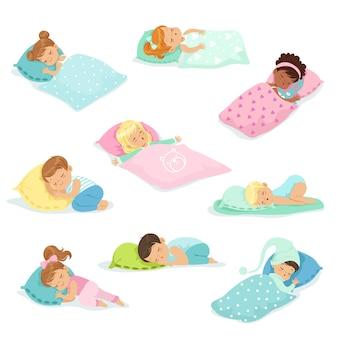 사랑스러운 작은 소년과 소녀는 침대에서 달콤하게 자고