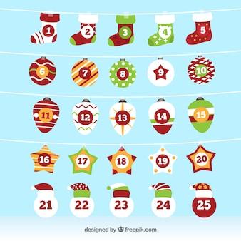 Calendario di avvento con calzini e decorazioni natalizie