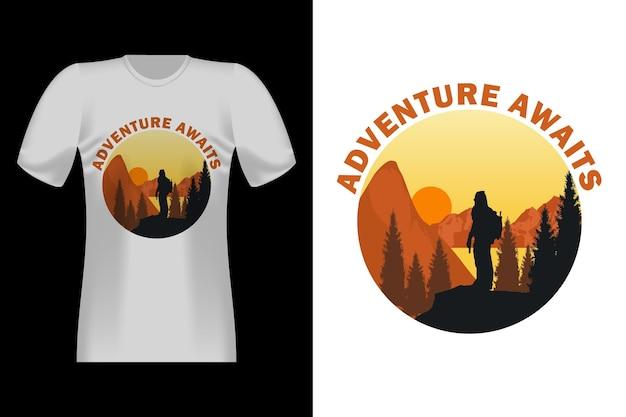 모험이 손으로 그린 스타일 빈티지 티셔츠 디자인을 기다립니다.