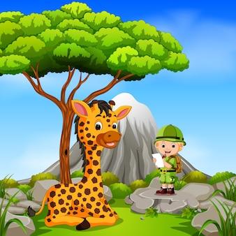 冒険家とキリン、山のシーンでポーズをとる