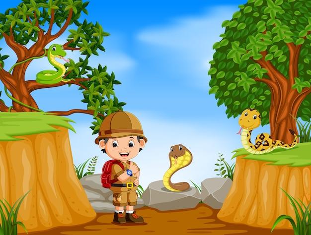 山の崖のシーンで冒険家とヘビ