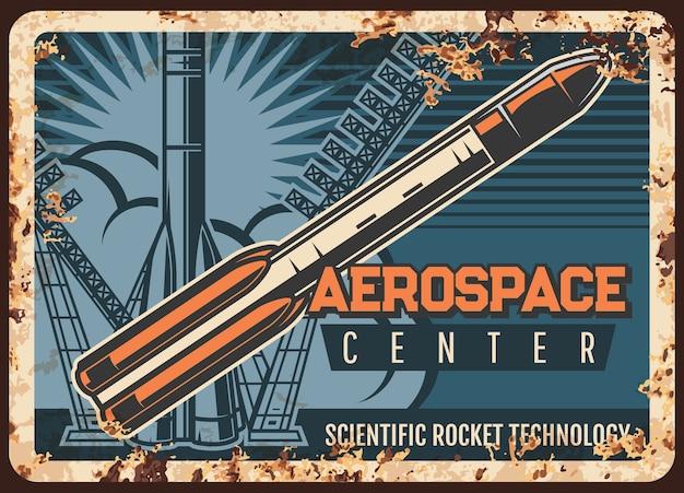 Ржавая металлическая пластина аэрокосмического центра. ракета-носитель взлетает с космодрома, летит в космическое пространство, старинный знак ржавчины. научные ракетные технологии, колонизация чужой планеты, космическое исследование, ретро-плакат