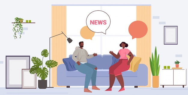 時間を一緒に過ごす毎日のニュースを議論するアフリカ系アメリカ人のカップルは、バブル通信の概念をチャットします。ソファーリビングルームインテリア全長図に座っている男性女性
