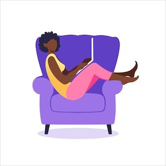 아프리카 계 미국인 여성 노트북의 자에 앉아입니다. 온라인 쇼핑 또는 인터넷 서핑의 개념. 평면 스타일에서 벡터 일러스트 레이 션