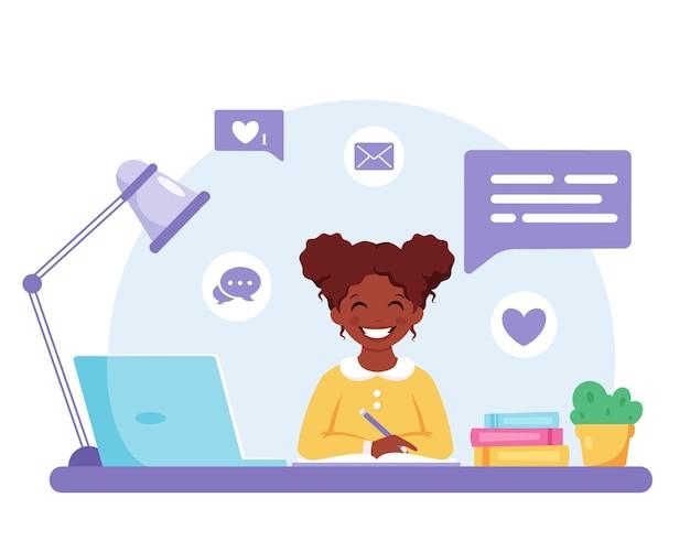 学校に戻ってコンピュータオンライン学習で勉強しているアフリカ系アメリカ人の女の子
