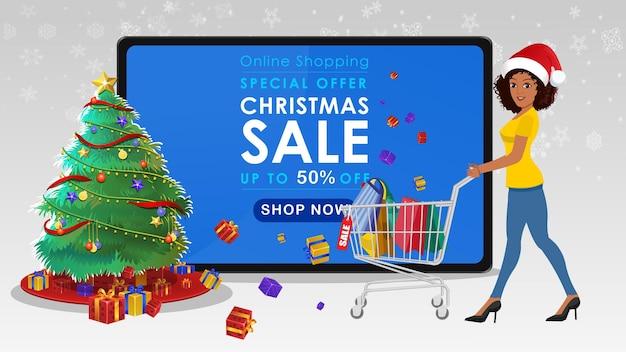 크리스마스 판매에서 쇼핑 카트와 함께 산책하는 아프리카 계 미국인 여자