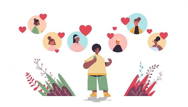 Афроамериканец человек в чате с микс расы в онлайн знакомства приложение виртуальная встреча социальные отношения общение найти любовь горизонтальный полная длина иллюстрация