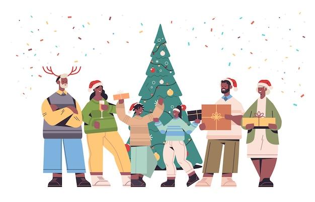 산타 클로스 모자 포장 된 선물 상자 새 해 복과 메리 크리스마스 휴일 축 하 개념 가로 전체 길이 벡터 일러스트 레이 션을 들고 아프리카 계 미국인 다 세대 가족