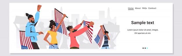 アメリカのフラグとバナーを保持しているアフリカ系アメリカ人の人々は人種差別に反対する黒人の生活の問題キャンペーン