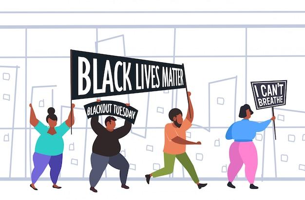 黒人のアフリカ系アメリカ人の抗議者は人種差別に抗議するバナーを重要視している