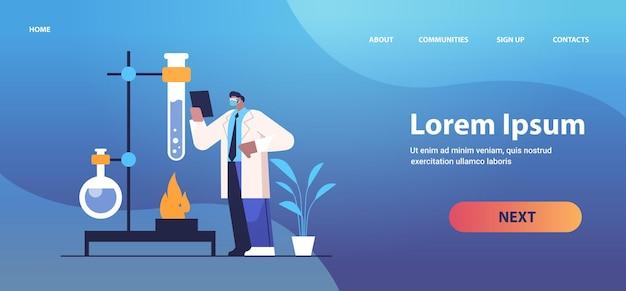 실험실 분자 공학에서 화학 실험을 만드는 테스트 튜브 연구원과 함께 일하는 아프리카 계 미국인 연구 과학자