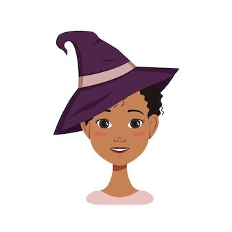 Афро-американский женский аватар с черными вьющимися волосами, эмоциями радости и счастья, улыбающимся лицом и в шляпе ведьмы. хеллоуин персонаж в костюме