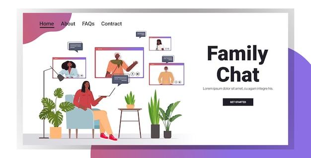 웹 브라우저 창 화상 통화 온라인 통신 개념 거실 인테리어 가로 복사 공간에서 가족 구성원과 가상 회의 갖는 아프리카 계 미국인 여자