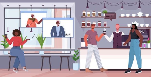 Афро-американская женщина, имеющая виртуальную встречу с пожилыми родителями в веб-браузере, окна видеозвонка, концепция онлайн-общения, интерьер кафе, горизонтальный