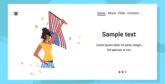 アメリカの国旗を保持しているアフリカ系アメリカ人の女性黒人種問題に対する人種差別反対キャンペーン