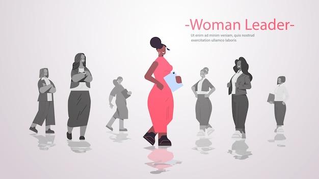 기업인 그룹 여자 팀 리더십 비즈니스 경쟁 개념 가로 복사 공간 그림 앞에 서있는 아프리카 계 미국인 여자 지도자