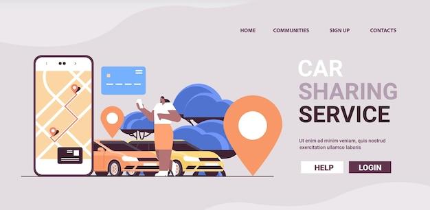모바일 앱 카 셰어 링 서비스 교통에서 위치 표시가있는 자동차를 주문하는 아프리카 계 미국인 여자
